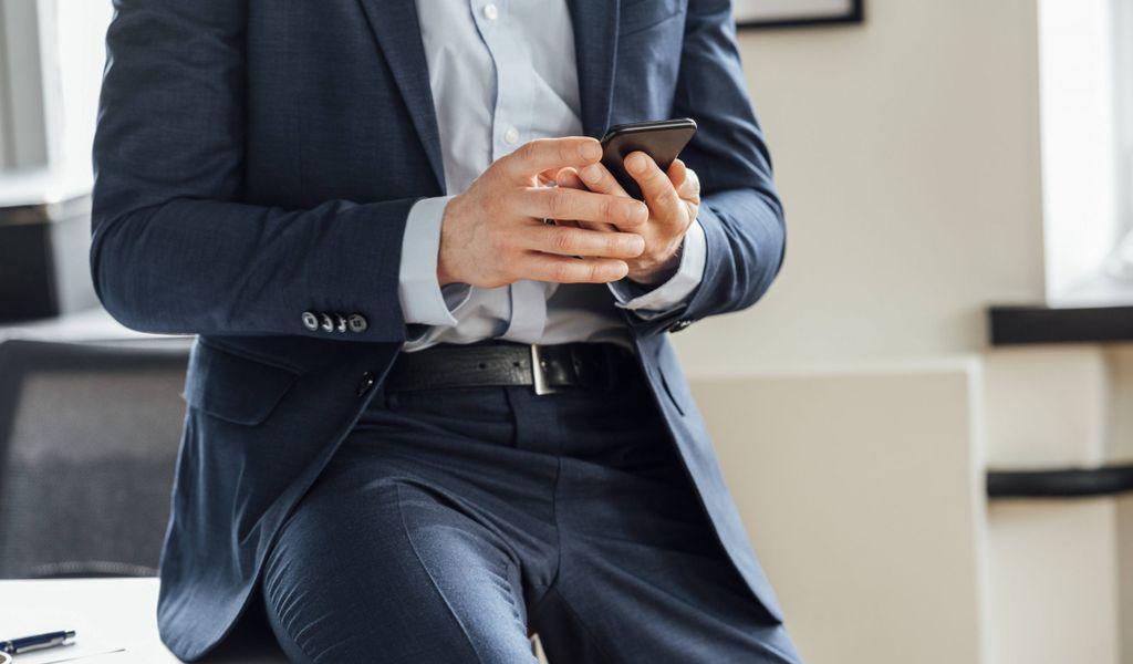 Mann mit Smartphone (Symbolbild).