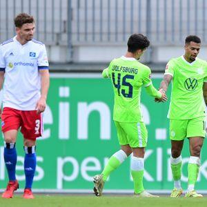 Während Moritz Heyer (l.) missmutig dreinblickt, empfängt Wolfsburgs Lukas Nmecha (r.) Glückwünsche für eines seiner drei Testspiel-Tore gegen den HSV.