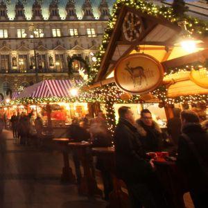 Besucher des Weihnachtsmarktes auf dem Rathausmarkt
