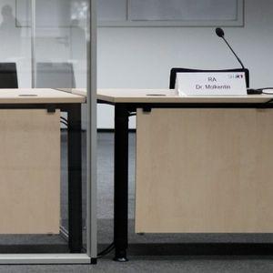 Eine Frau und drei Männer stehen im Landgericht Neubrandenburg vor Gericht (Symbolbild)
