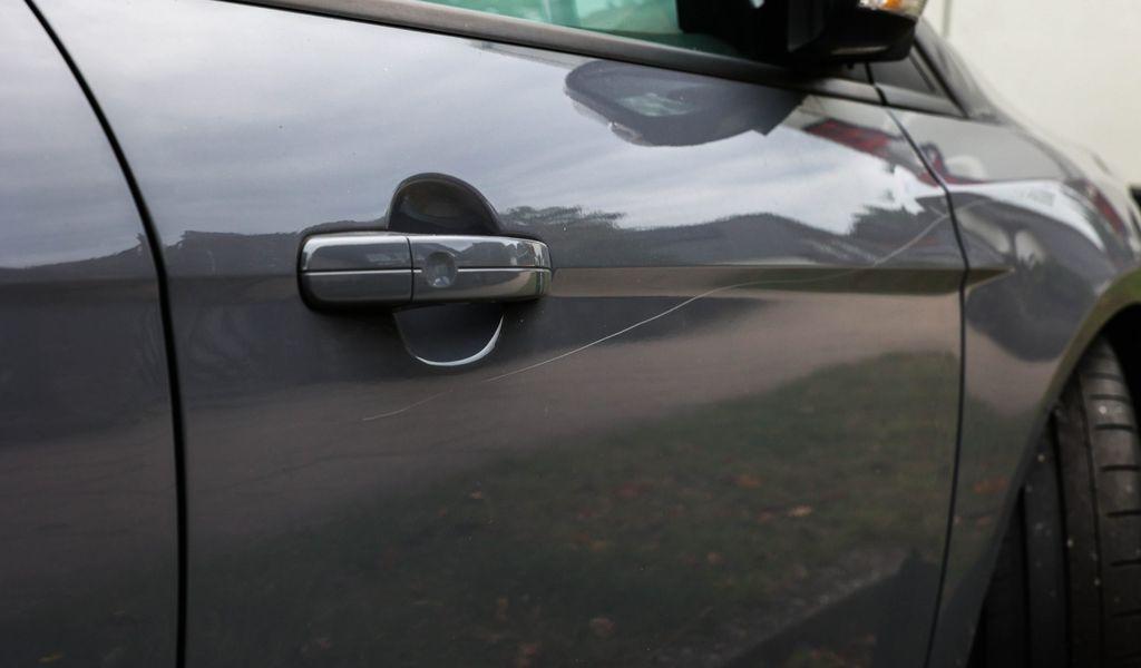 Zerkratztes Auto in der Straße Kiesbarg