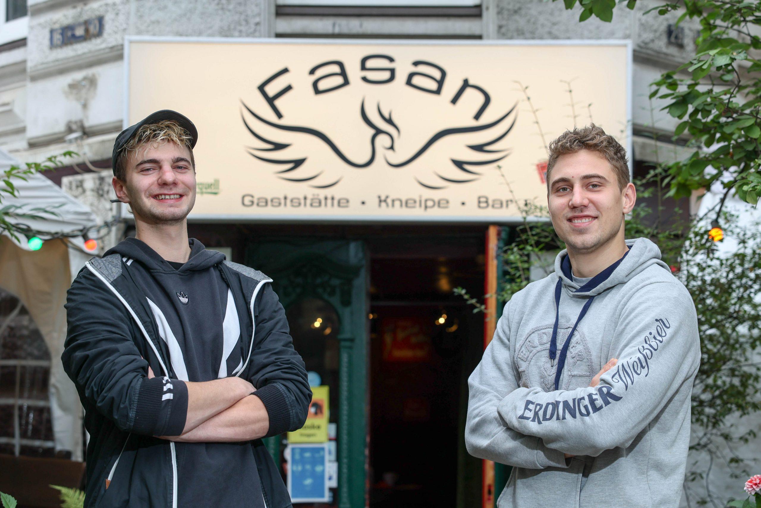 Luca P. (25) und Olaf B. (25) haben sich das Fasan-Logo tätowieren lassen.