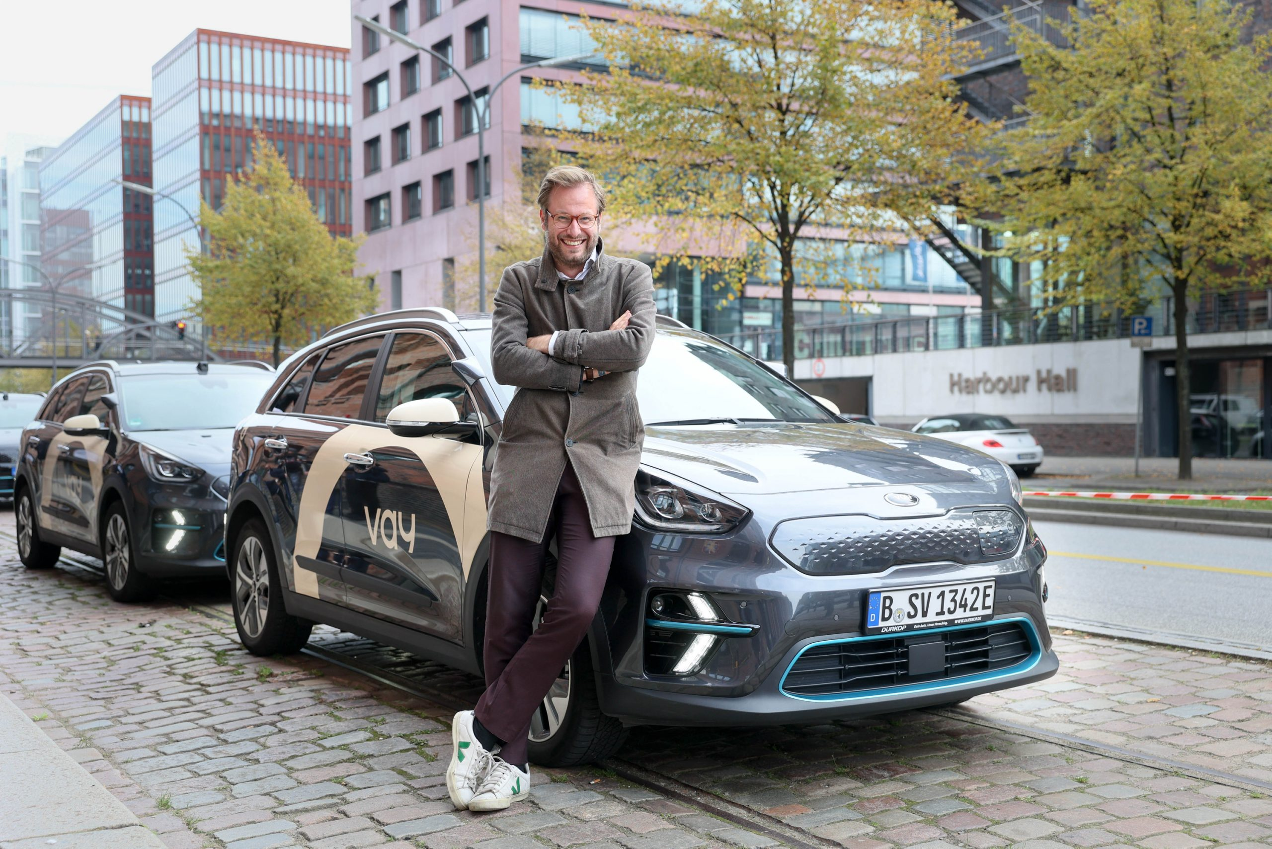Verkehrssenator Anjes Tjarks (Grüne) vor den neuen Carsharing-Autos.