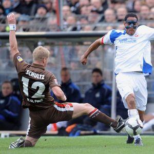 Der heutige St. Pauli-Trainer Timo Schultz 2010 im Duell mit dem Rostocker Dexter Langen