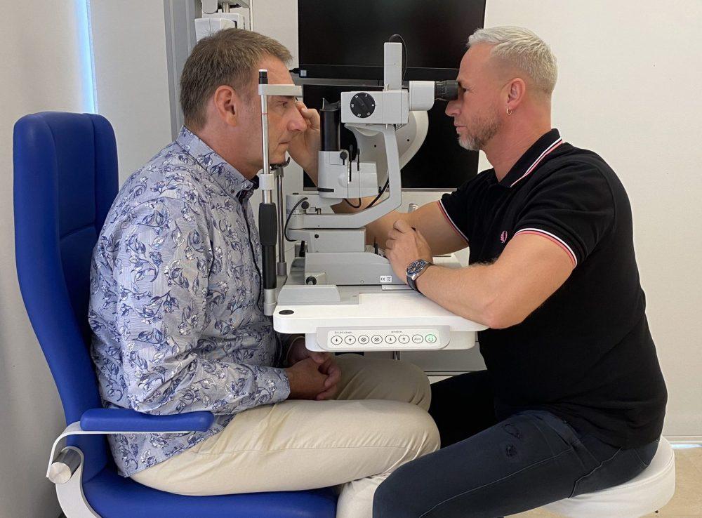 Michael Probst untersucht die Augen von Stefan Fuhr