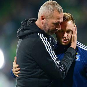 HSV-Trainer Tim Walter (l.) herzt Sonny Kittel