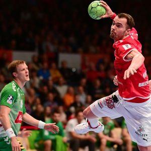 Hamburgs Handballer Casper Mortensen (Mitte) hebt ab.