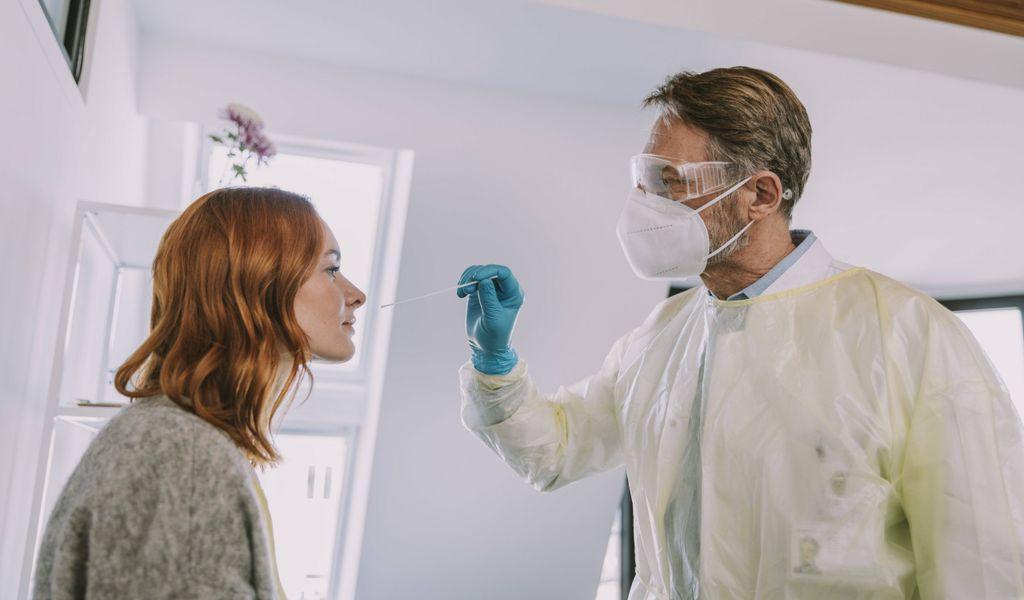 Arzt bei Coronatest