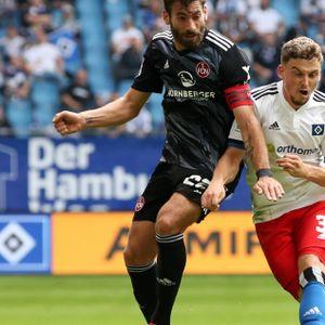 Nürnbergs Enrico Valentini im Zweikampf mit HSV-Spieler Moritz Heyer