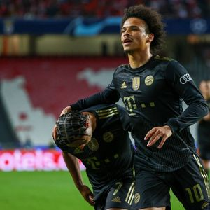 Leroy Sané bejubelt den Bayern-Sieg mit Serge Gnabry