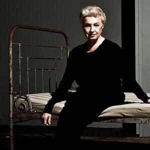 Nicole Heesters auf einem Bett