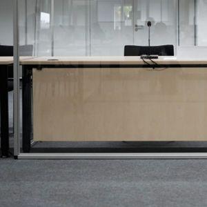 Leere Anklagebank am Landgericht Itzehoe